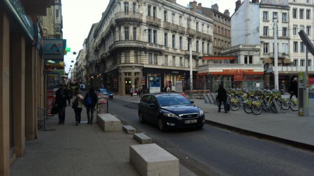 Saint etienne un pi ton renvers en plein centre ville radio scoop la radio de lyon - Piscine miroir en kit saint etienne ...