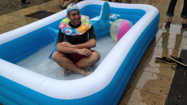 En maillots de bain pour d noncer les tarifs de la piscine for Tarif de la piscine