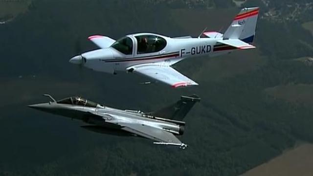 Un avion de chasse intercepte un jeune pilote au dessus de bourg en bresse radio scoop la - C est interdit dans l avion ...