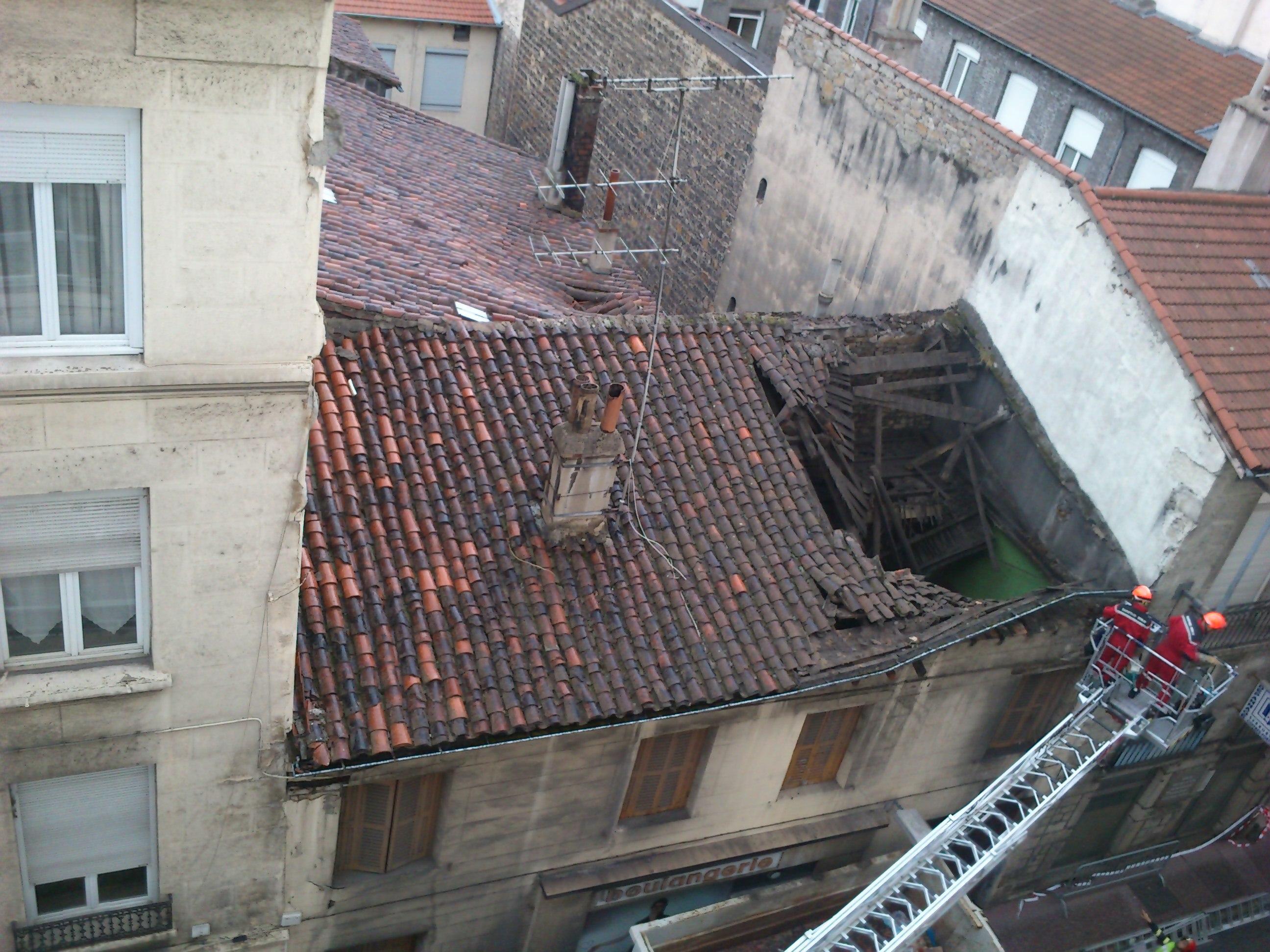 La toiture d 39 un immeuble s 39 effondre en plein centre ville de saint etienne radio scoop - Piscine miroir en kit saint etienne ...