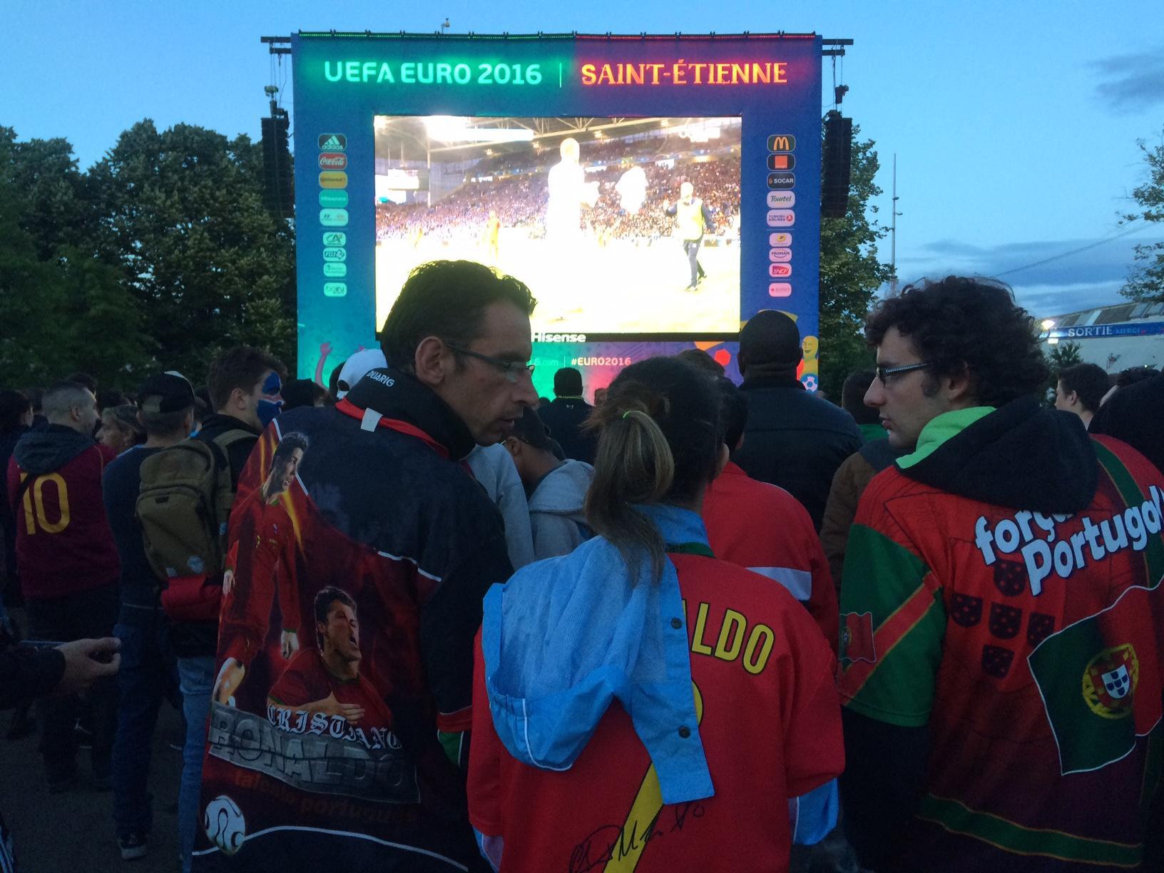 Au coeur de la fan zone de saint tienne avec les portugais et les islandais radio scoop - Magasin portugais saint etienne ...