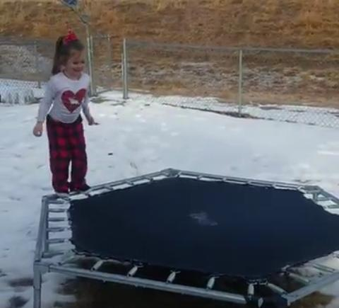 Vid o elle saute sur un trampoline gel sa gamelle fait un gros buzz radio scoop - Trampoline saint etienne ...