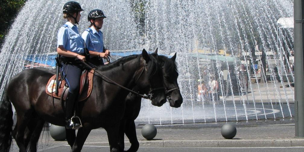 des policiers cheval dans les rues de clermont ferrand radio scoop. Black Bedroom Furniture Sets. Home Design Ideas