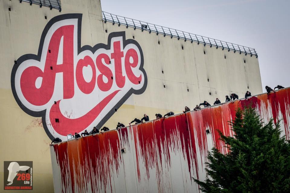 Des militants d versent du faux sang dans l 39 usine aoste de saint priest radio scoop - Fabriquer du faux sang ...