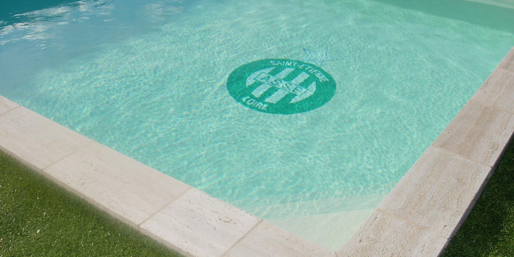 Saint etienne supporter des verts jusqu 39 au fond de sa piscine radio scoop - Piscine carrelage blanc saint etienne ...