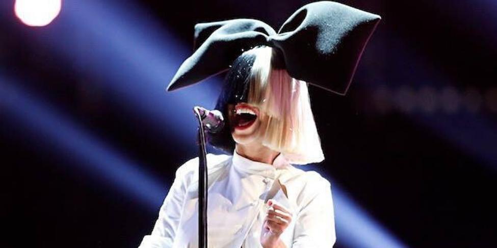 (Vidéos) Elle paye les courses des clients d'un supermarché, ils découvrent qu'il s'agit de Sia !
