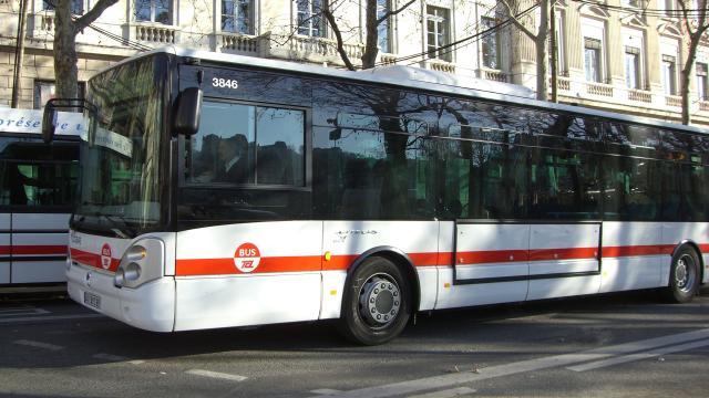 Lyon un ado percut par un bus tcl dans le 7e radio - Lyon to geneva bus ...